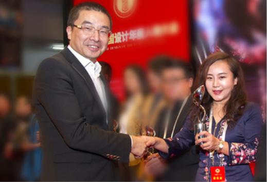 清华大学美术学院苏丹院长为张总颁奖.png